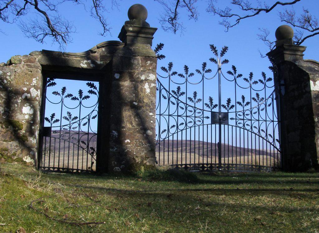 Oak leaf gate